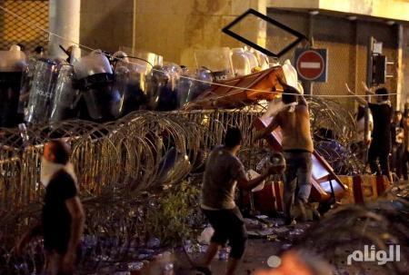 أعمال عنف في احتجاجات ببيروت ورئيس الحكومة يهدد بالاستقالة