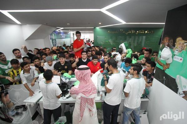 c984c29b6 متجر النادي الأهلي يشهد إقبالًا كبيرًا في أول أيام بيع الأطقم الجديدة