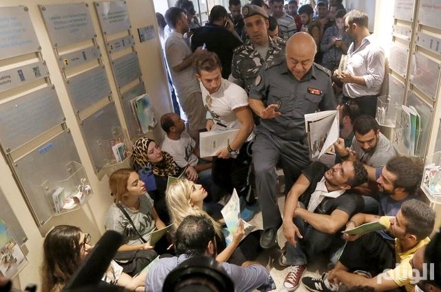 وزير الداخلية اللبناني يمهل المحتجين 30 دقيقة لإخلاء مقر وزارة البيئة