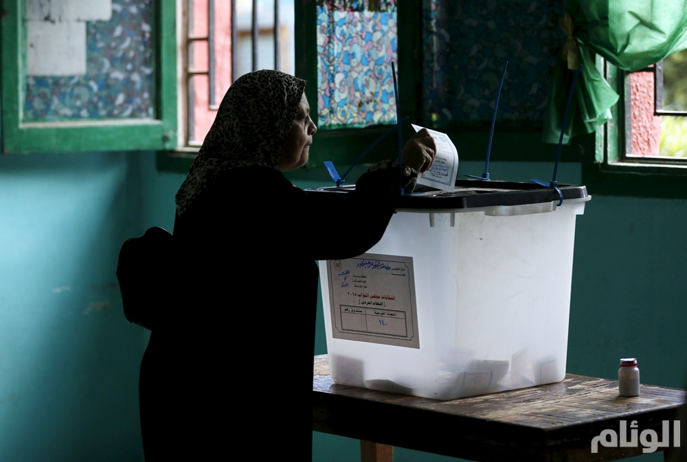 A woman casts her vote at a polling station during the run-off to the first round of parliamentary election in Dokki, Giza governorate, Egypt, October 27, 2015. Egyptians voted on Tuesday in run-off elections for more than 200 parliamentary seats in which no clear winner emerged in the first round of polls, with candidates loyal to President Abdel Fattah al-Sisi widely expected to dominate. REUTERS/Amr Abdallah Dalsh