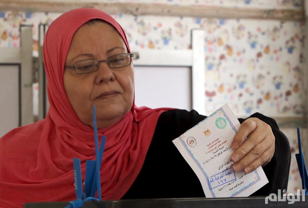 A woman casts her vote at a polling station during the run-off to the first round of parliamentary election in Imbaba, Giza governorate, Egypt, October 27, 2015. Egyptians voted on Tuesday in run-off elections for more than 200 parliamentary seats in which no clear winner emerged in the first round of polls, with candidates loyal to President Abdel Fattah al-Sisi widely expected to dominate. REUTERS/Mohamed Abd El Ghany