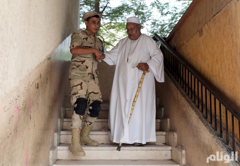 An Egyptian army soldier assists an elderly man at a polling station during the run-off to the first round of parliamentary election in Imbaba, Giza governorate, Egypt October 27, 2015. Egyptians voted on Tuesday in run-off elections for more than 200 parliamentary seats in which no clear winner emerged in the first round of polls, with candidates loyal to President Abdel Fattah al-Sisi widely expected to dominate. REUTERS/Mohamed Abd El Ghany
