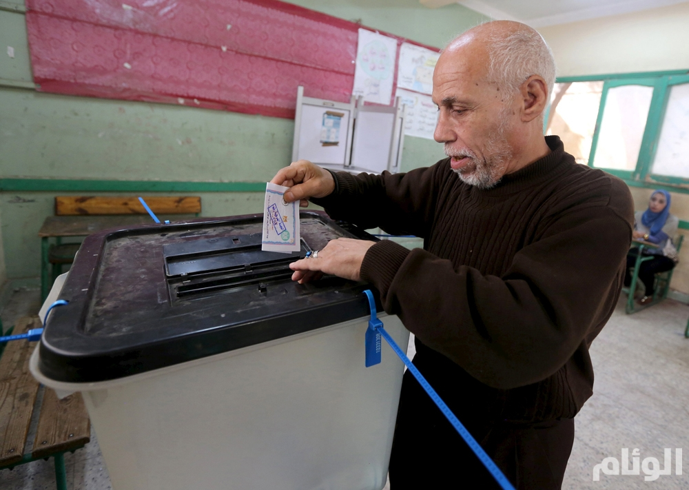A man casts his vote at a polling station during the run-off to the first round of parliamentary election in Imbaba, Giza governorate, Egypt October 27, 2015. Egyptians voted on Tuesday in run-off elections for more than 200 parliamentary seats in which no clear winner emerged in the first round of polls, with candidates loyal to President Abdel Fattah al-Sisi widely expected to dominate. REUTERS/Mohamed Abd El Ghany