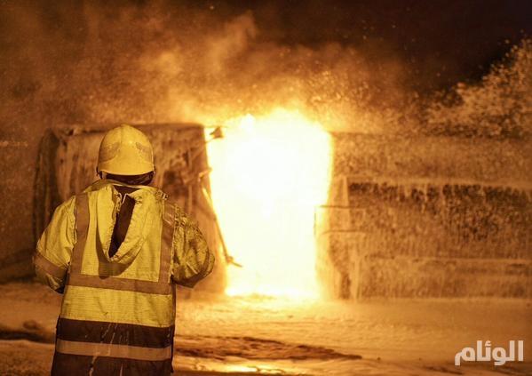 بالصور.. انقلاب ناقلة مواد بترولية بحائل وتفحم سائقها