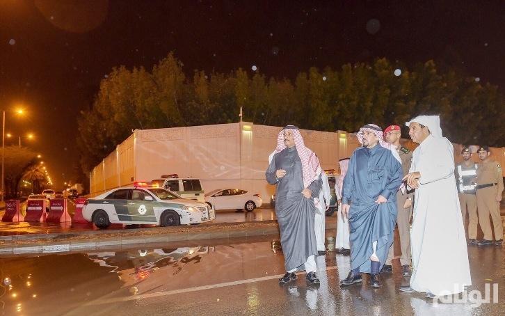 بالصور..أمير القصيم يتفقد المواقع المتضررة من أمطار بريدة