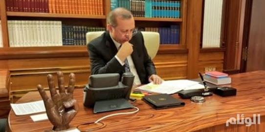 """أردوغان يضع علامة """"رابعة"""" على مكتبه"""