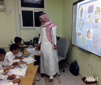 معلم يقطع إجازته ويعود لطلابه على عكاز بتبوك