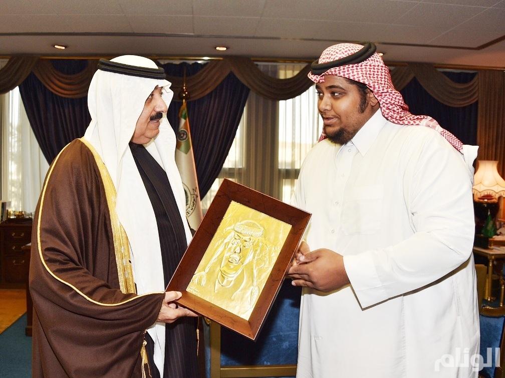 الأمير متعب بن عبدالله يكافئ أحد ذوي الاحتياجات الخاصة