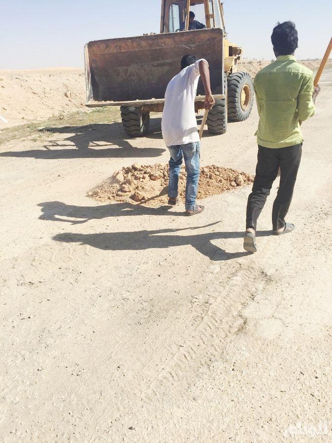 بالصور.. مواطن يرمم طريقًا على حسابه الخاص في القصيم