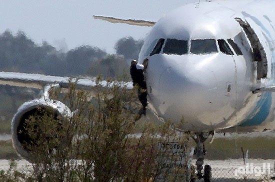 اعتقال مختطف الطائرة المصرية وتحرير جميع الركاب