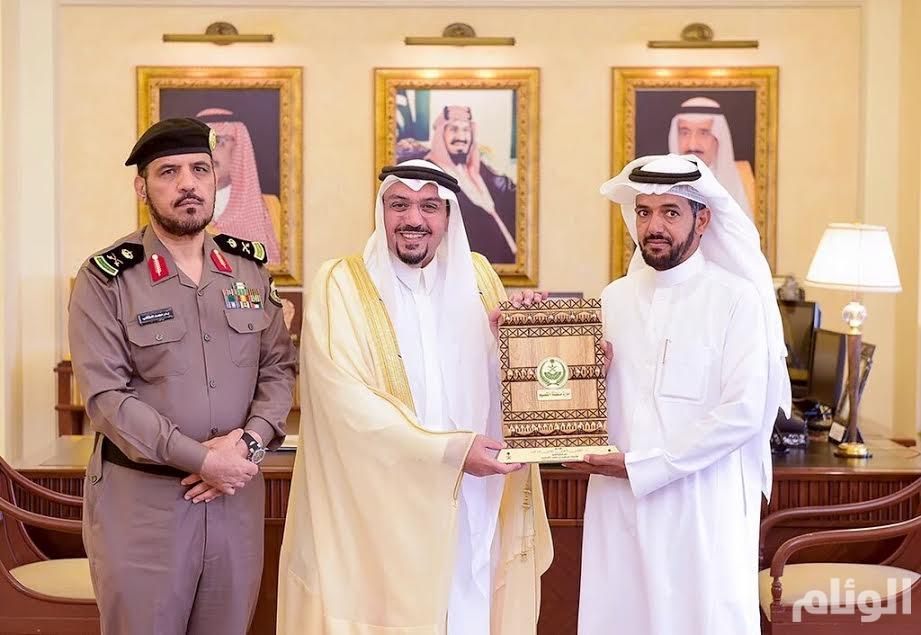 أمير القصيم يكرم مواطنًا لأمانته في رد 100 ألف ريال