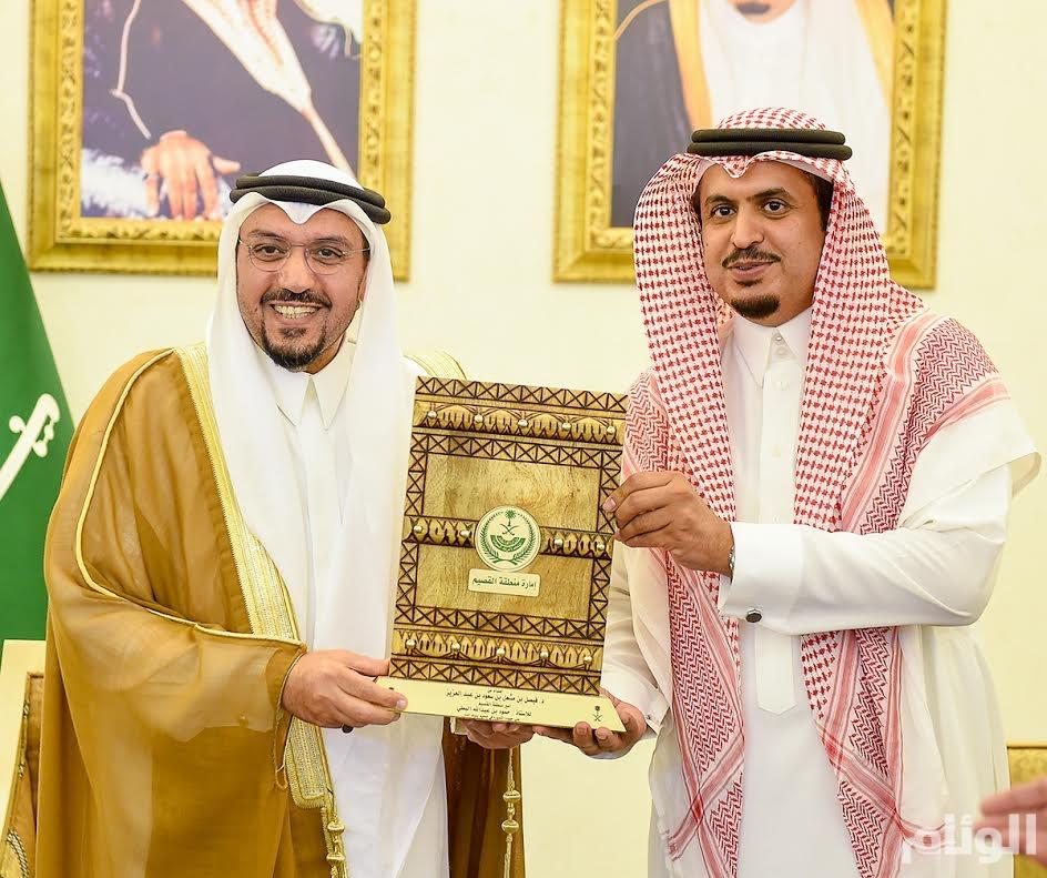 أمير القصيم يكرم أمين عام جمعية أصدقاء بنوك الدم الخيّرية