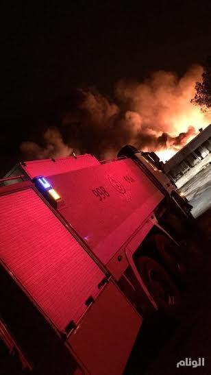 بالصور.. حريق يلتهم سيارات ورؤس شاحنات بطريق الظهران والأسباب مجهولة