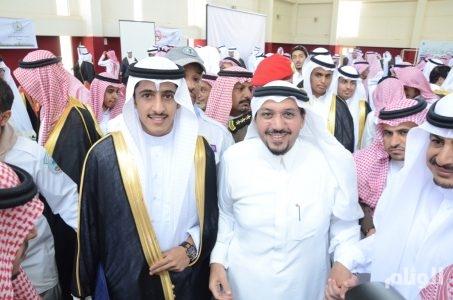 بالصور .. أمير القصيم يفاجئ طلاب ثانوية بحضور حفل تخرجهم اليوم