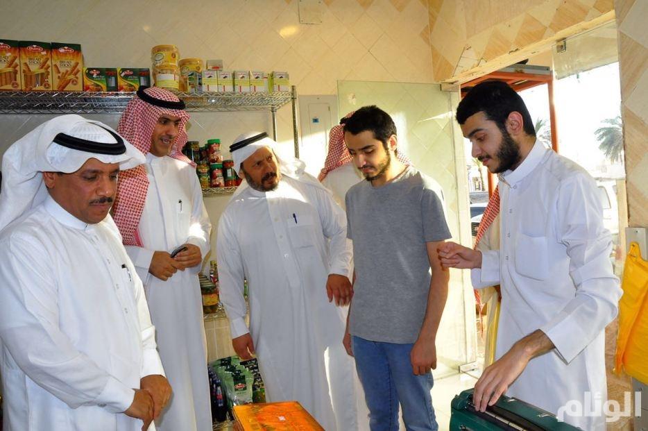 مسؤولان يزوران الأشقاء المكفوفين في متجرهم ببريدة دعمًا وتشجيعًا لهم