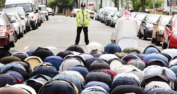إلغاء صلاة العيد في بريطانيا تفادياً لصدامات مع متطرفين
