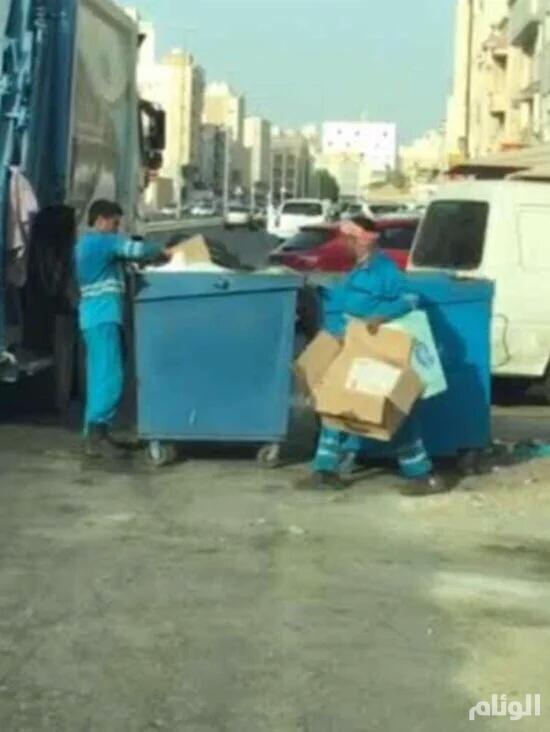 أمانة جدة تفصل عمال نظافة لأنهم يجمعون الكراتين