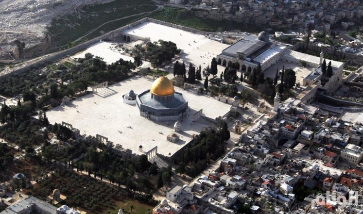 عشرات المستوطنين المتطرفين يقتحمون المسجد الأقصى