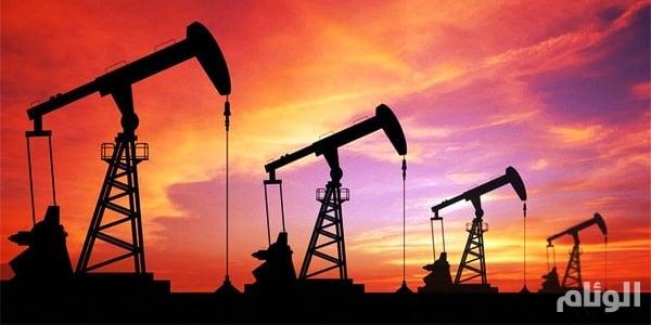 النفط ينخفض بفعل المخزونات الأمريكية