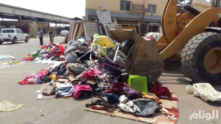 أمانة جدة تتلف «90» طن ملابس مستعملة ومواد غذائية فاسدة بحراج الصواريخ