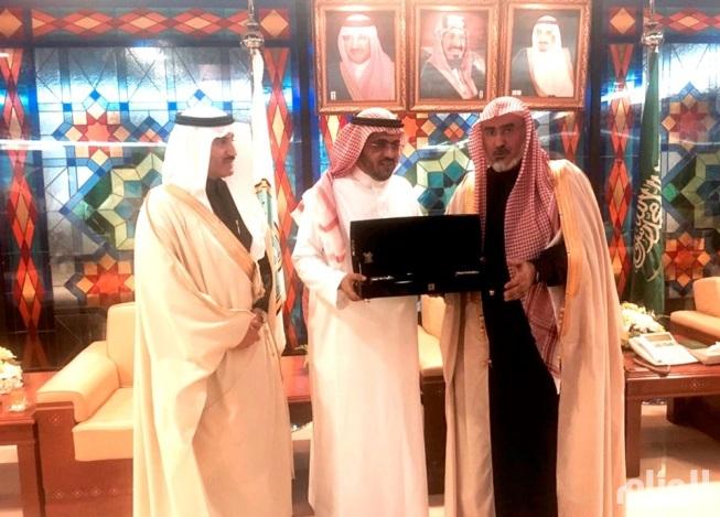 مدير جامعة الإمام يكرم المدير التنفيذي للأعمال الخيرية بأوقاف الراجحي