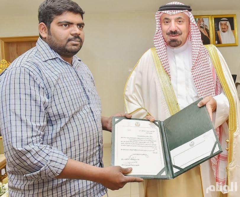 أمير نجران يكرم مقيمًا هنديًا أنقذ آخر سريلانكياً من الانتحار