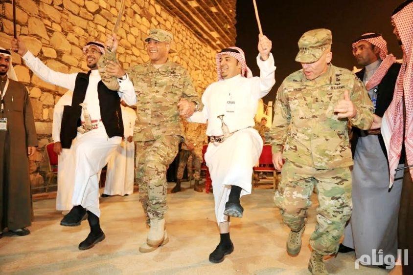بالصور.. قائد القوات البرية الأمريكية يشارك في الفلكلور العسيري بالجنادرية