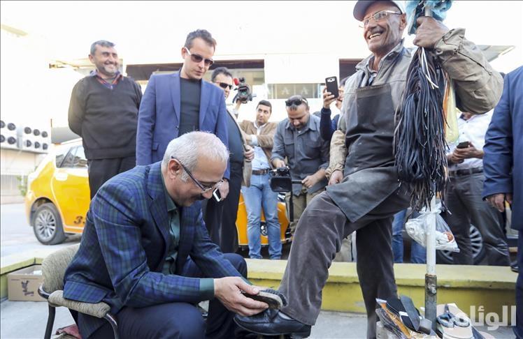 وزير التنمية التركي لطفي ألوان يلمّع حذاء مواطن