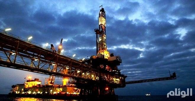 النفط يهبط وسط مؤشرات على وفرة المعروض