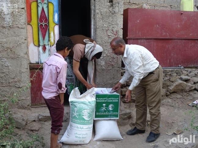 مركز الملك سلمان للإغاثة يوزع 850 سلة غذائية على مناطق مختلفة من مديرية المخا