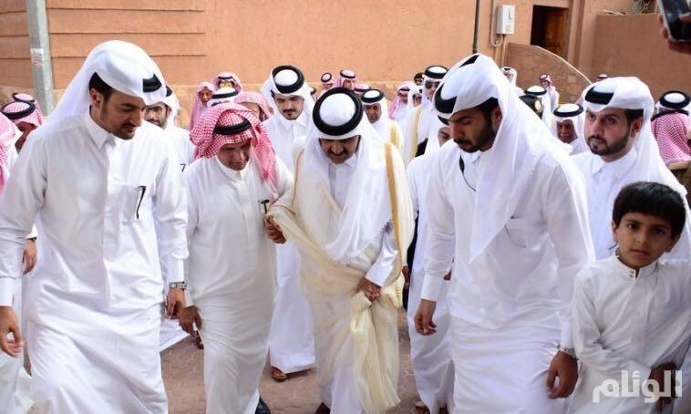 بالصور.. أمير قطر السابق يصل مركز أشيقر على متن «3» طائرات عمودية