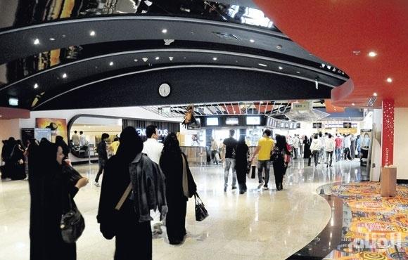 كاتب سعودي: السعوديون يدفعون أغلى تذكرة سينما في العالم