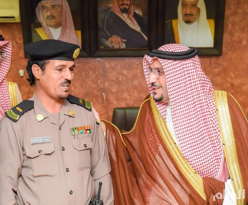 أمير القصيم يكرم ضابط وفردين بـ«نوط الأمن» لعملهم الإستباقي