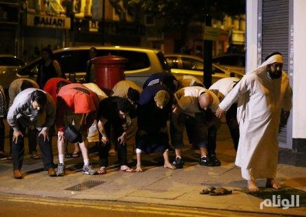 بالصور.. إمام المسجد الذي شهد حادثة الدهس بلندن قام بحماية المهاجم من أفراد غاضبين