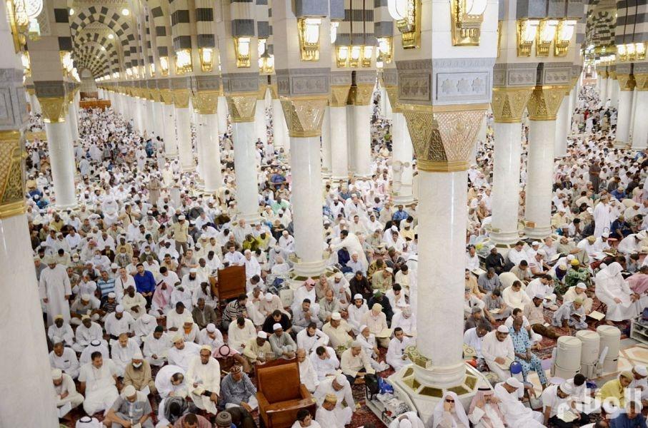 جموع من المصلين يؤدون صلاة آخر جمعة في العام الهجري 1439هـ بالمسجد النبوي