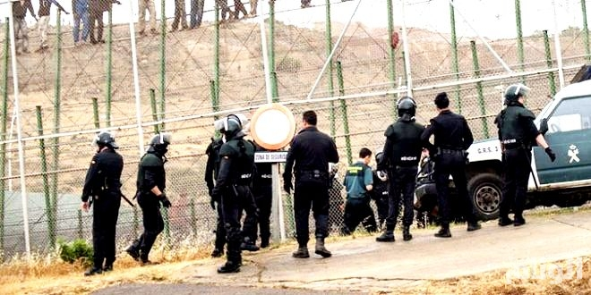 إسبانيا: رجل يهاجم شرطيين بسكين.. هاتفاً الله أكبر