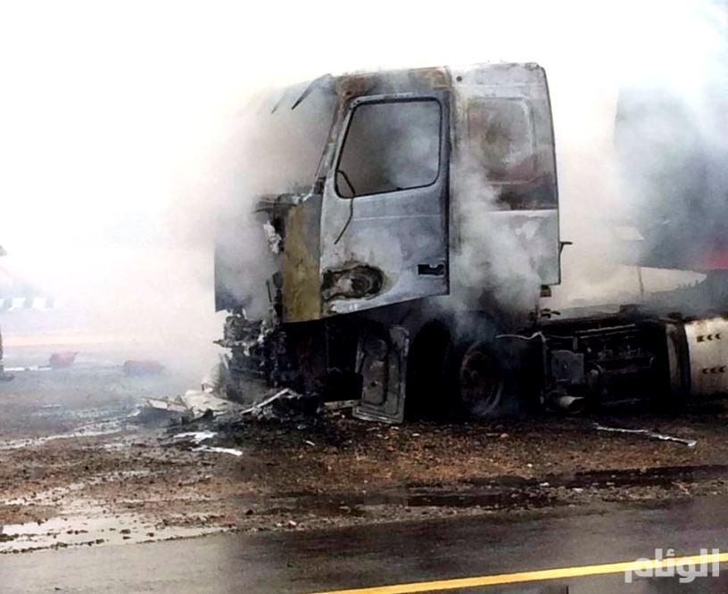 بالصور.. الدفاع المدني يسيطر على حريق ناقلة القار بالمدينة