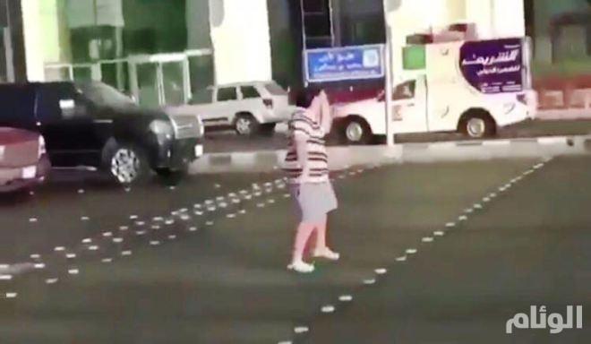 القبض على «حدث» رقص أمام السيارات وأخل بالآداب العامة بجدة