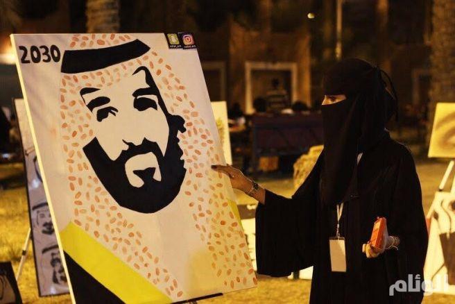 بالصور.. زوار «فلايح عنيزة» يضعون بصماتهم على لوحة محمد بن سلمان
