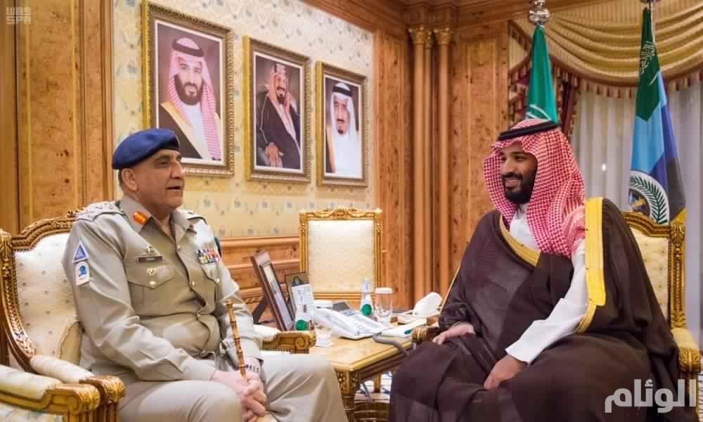 سمو ولي العهد يجتمع مع قائد الجيش الباكستاني