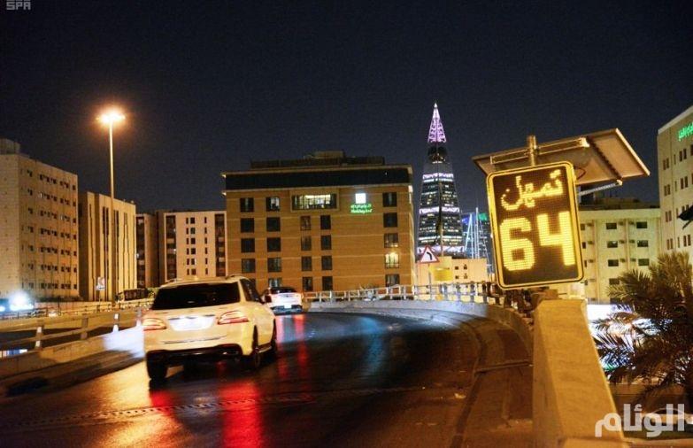 بالصور: وزارة النقل تضع شاشات إلكترونية لتنبيه السائقين