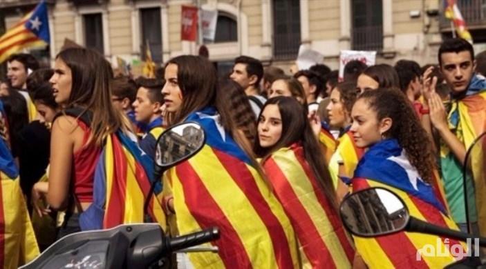 قافلة من الحرس المدني الإسباني تغادر ميناء برشلونة
