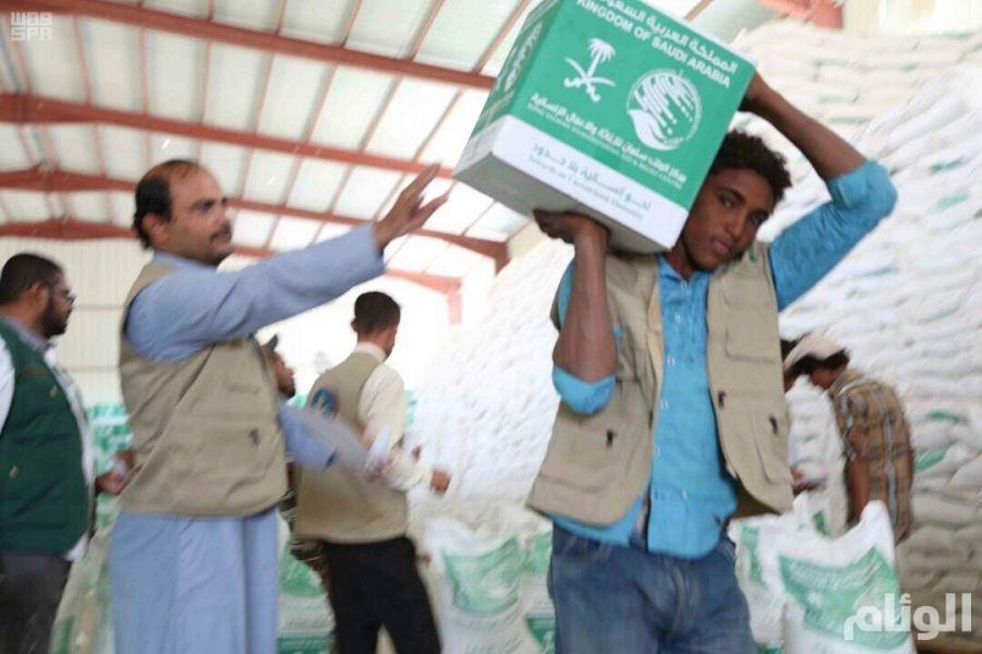 مركز الملك سلمان للإغاثة يدشن مشروعا لتوزيع المساعدات الغذائية في مأرب