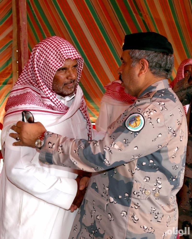 بالصور: الفريق البلوي ينقل تعازي وزير الداخلية لذوي الشهيدين العسيري والهلالي