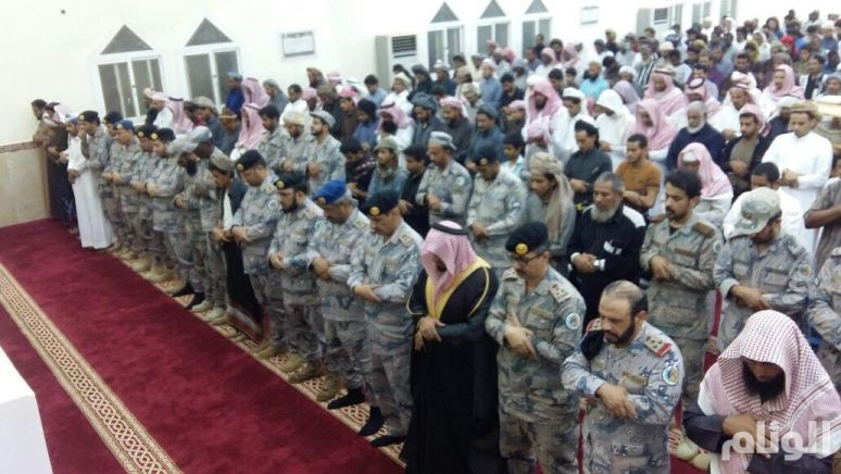 بالصور: «العتيبي» يتقدَّم المشيعين لجنازة الشهيد النجادي بجازان