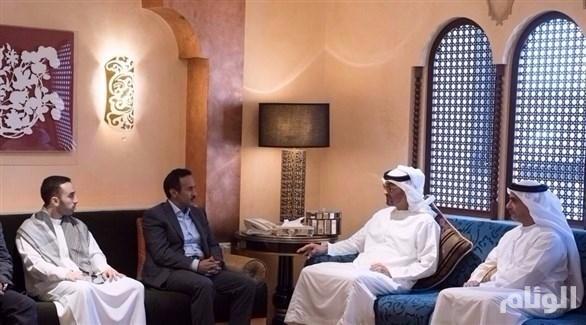 الشيخ محمد بن زايد يُعزي أحمد بن علي عبدالله صالح في مقر إقامته بأبو ظبي