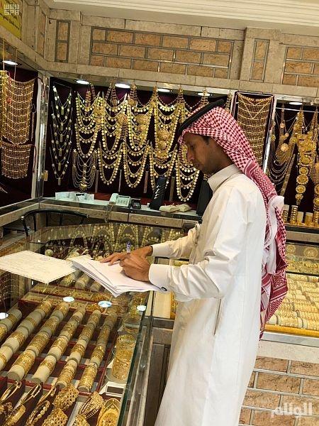 الذهب يتعافى من خسائره مع تراجع الدولار