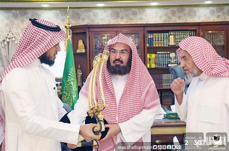 ذراع معدني مذهب جديد لحامل أجهزة المكبر الصوتي في المسجد الحرام