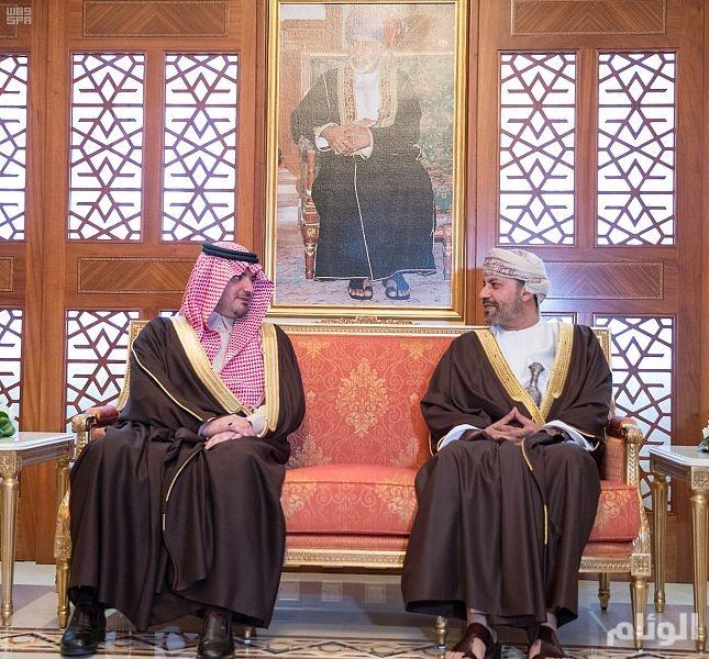 وزير الداخلية يبحث سبل تعزيز مسارات التعاون الأمني مع نظيره العماني