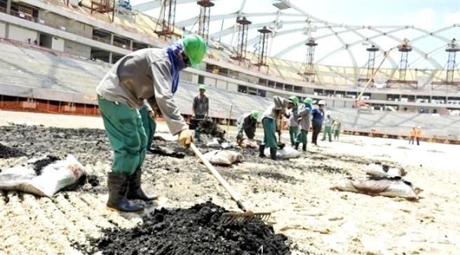 قطر تُجبر عمال المونديال على العمل «14» ساعة يومياً